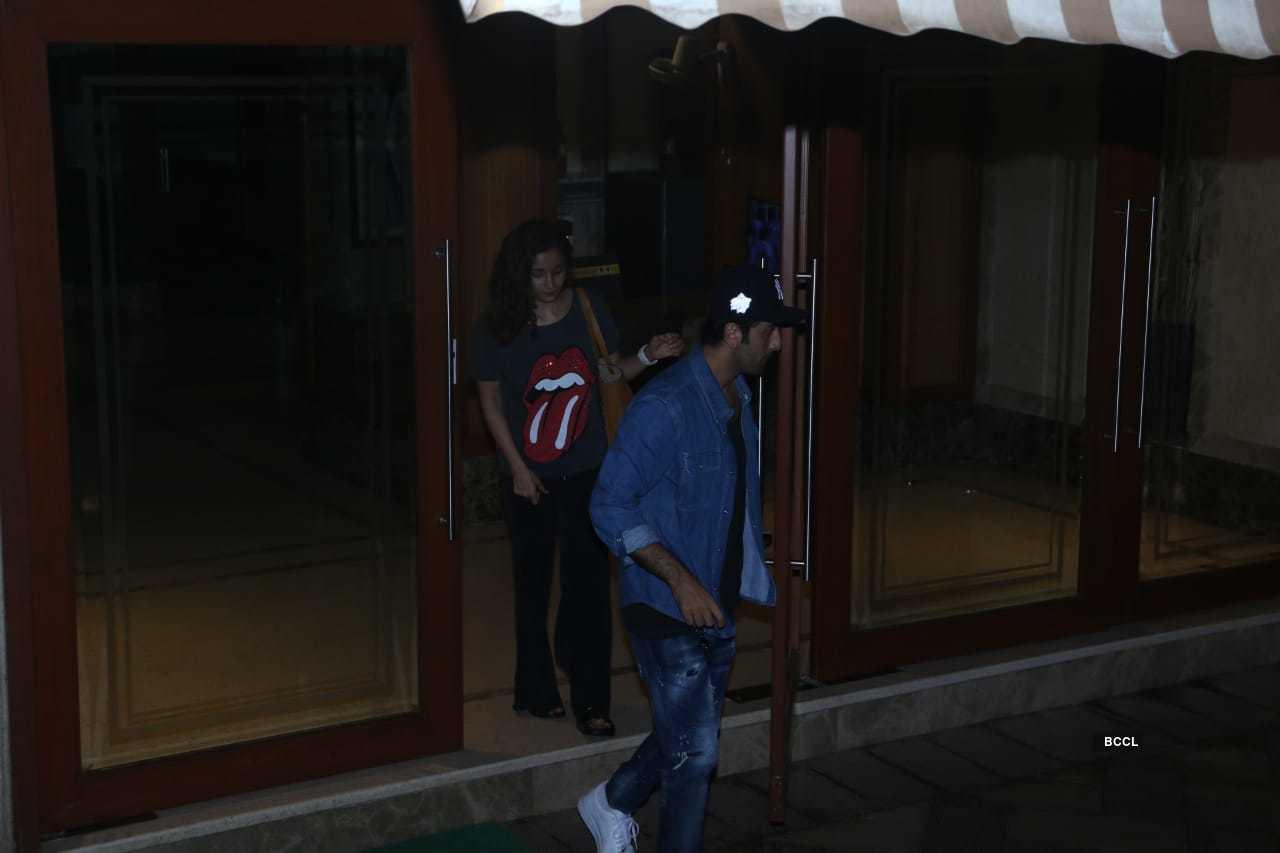 Alia Ranbir meet Sanjay Dutt (6).