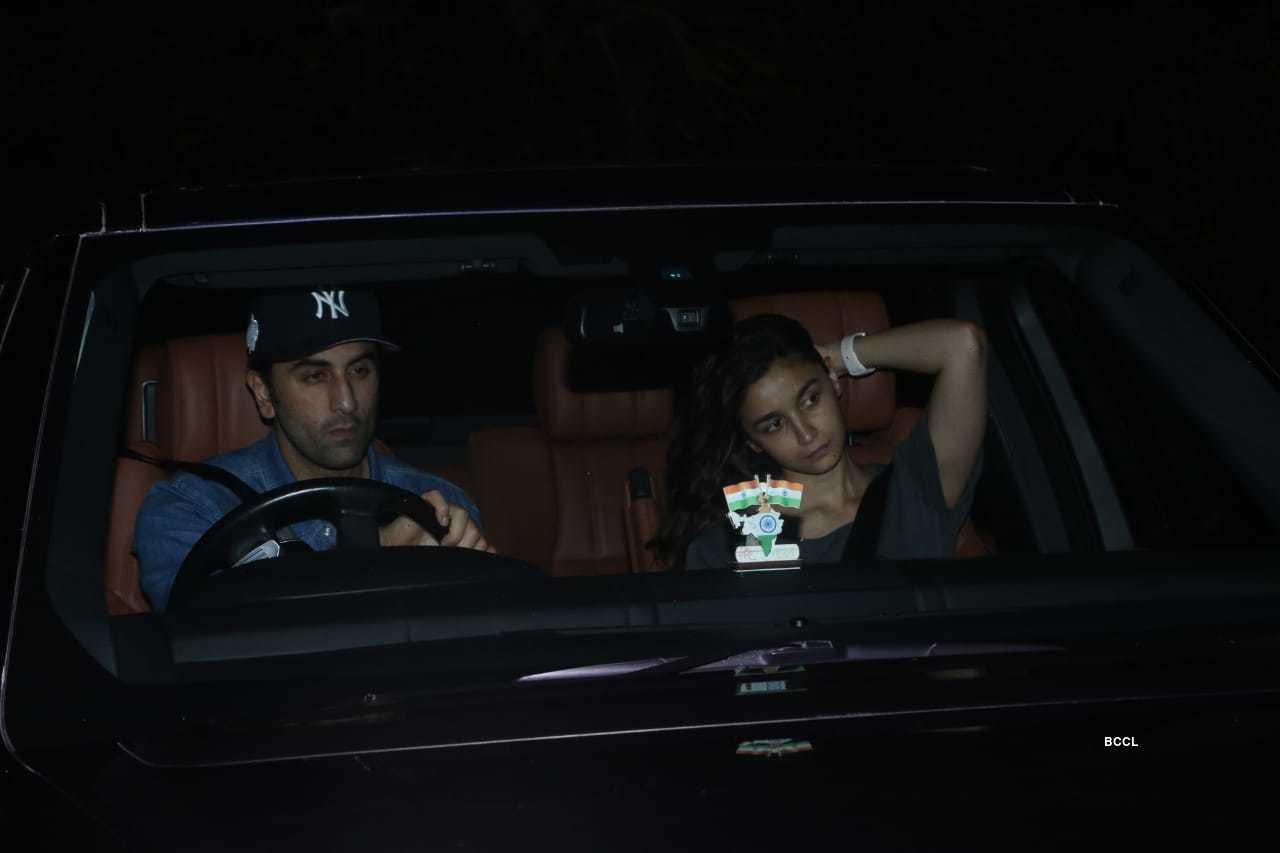 Alia Ranbir meet Sanjay Dutt (4).