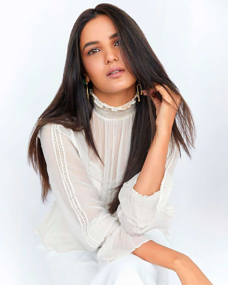 TV actress Jasmin Bhasin turns up the heat in cyberspace