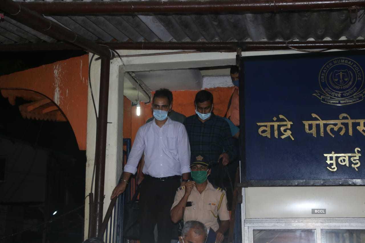 CBI team in Bandra (5).