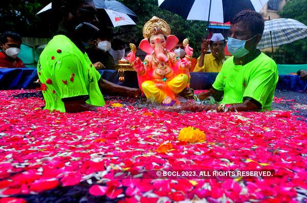 Devotees immerse idols of Lord Ganesha