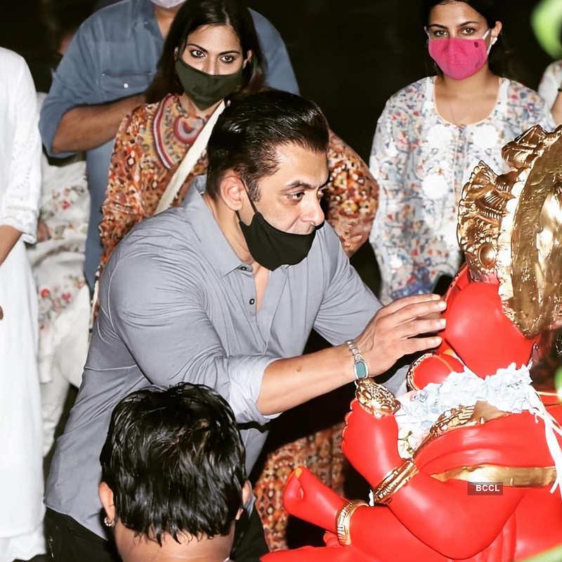 Pictures from Salman Khan, Iulia Vantur, SRK & Hrithik Roshan's Ganpati visarjan