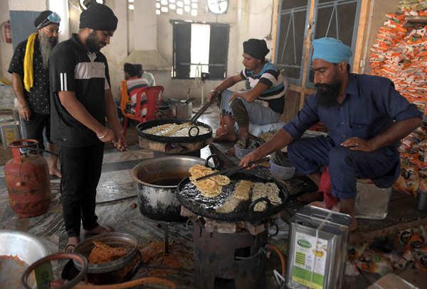 Sikhs celebrate Guru Nanak's wedding anniversary