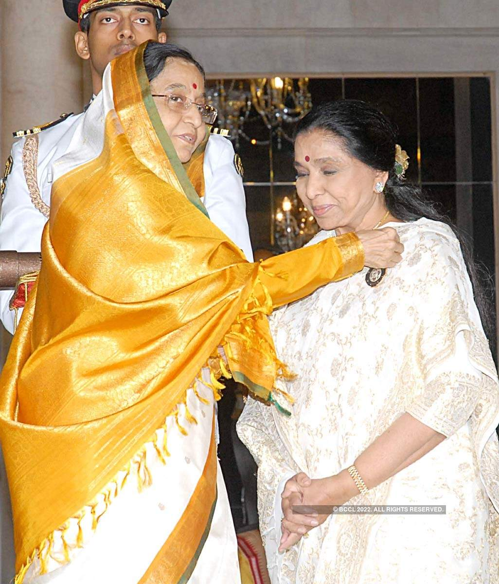 Revisiting rare and memorable pictures of Asha Bhosle as iconic singer turns 87