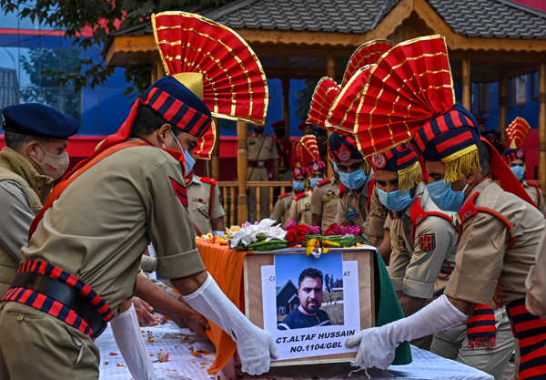 Wreath-laying ceremony of braveheart policeman Altaf Hussain held in Srinagar