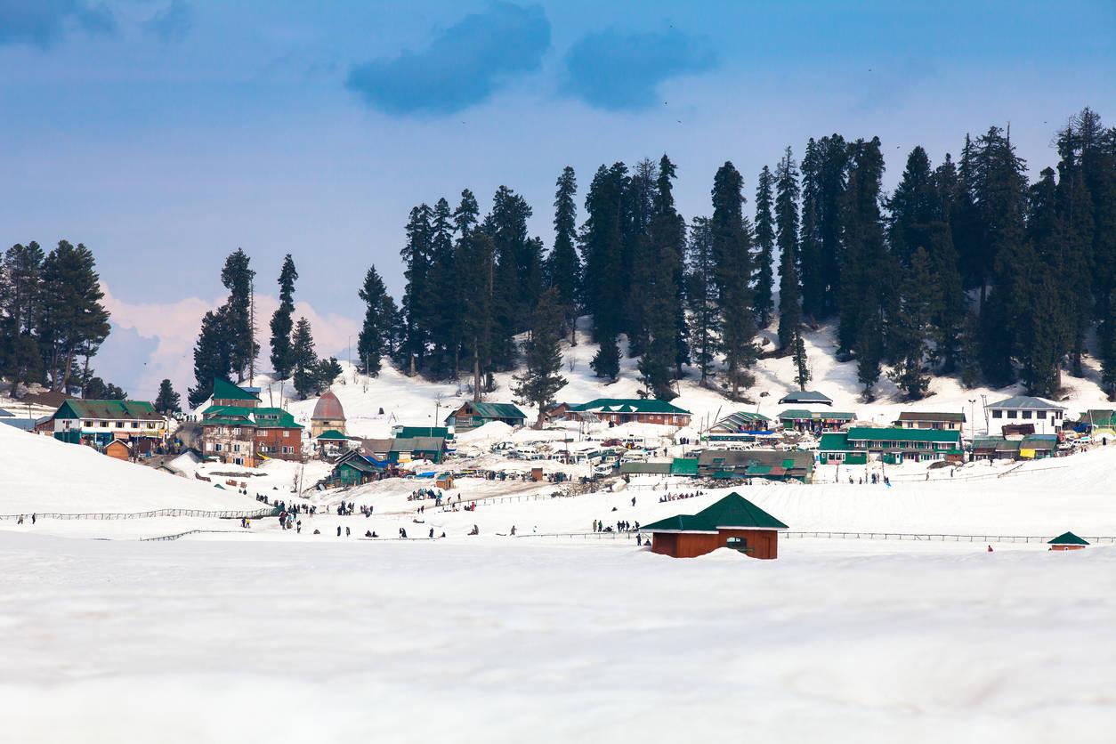 Gulmarg sees season's first snowfall, the famous gondola opens