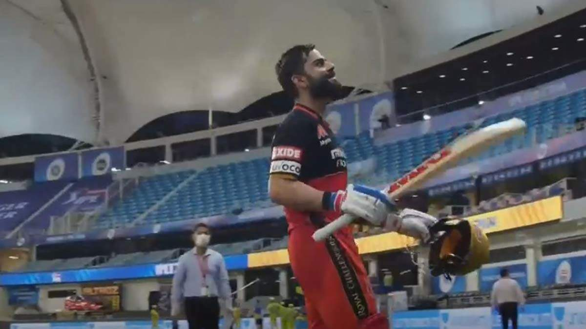 Anushka Sharma blows a kiss to Virat Kohli in RCB vs CSK match