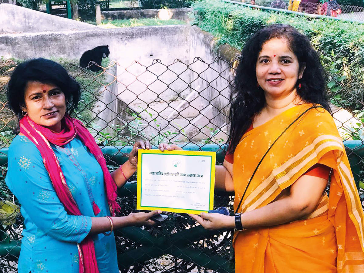 Shifali Asthana of the Lucknow Zoo handing the adoption certificate to Ritu Trivedi (BCCL)