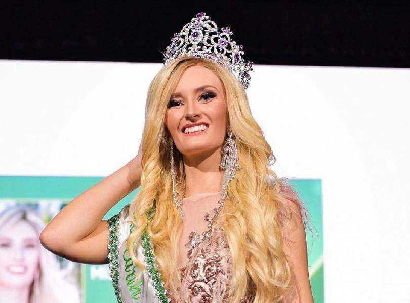 Cancer survivor beauty queen removes wig during the beauty contest
