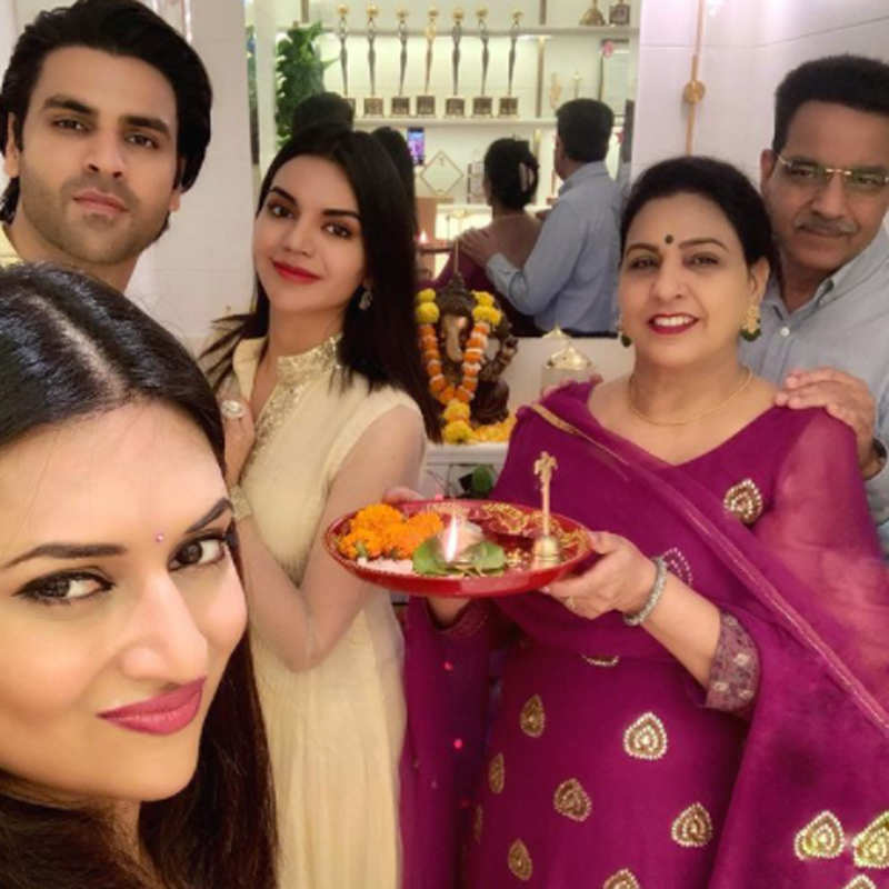 Divyanka and Vivek soak in the festive spirit of Diwali and Bhai Dooj