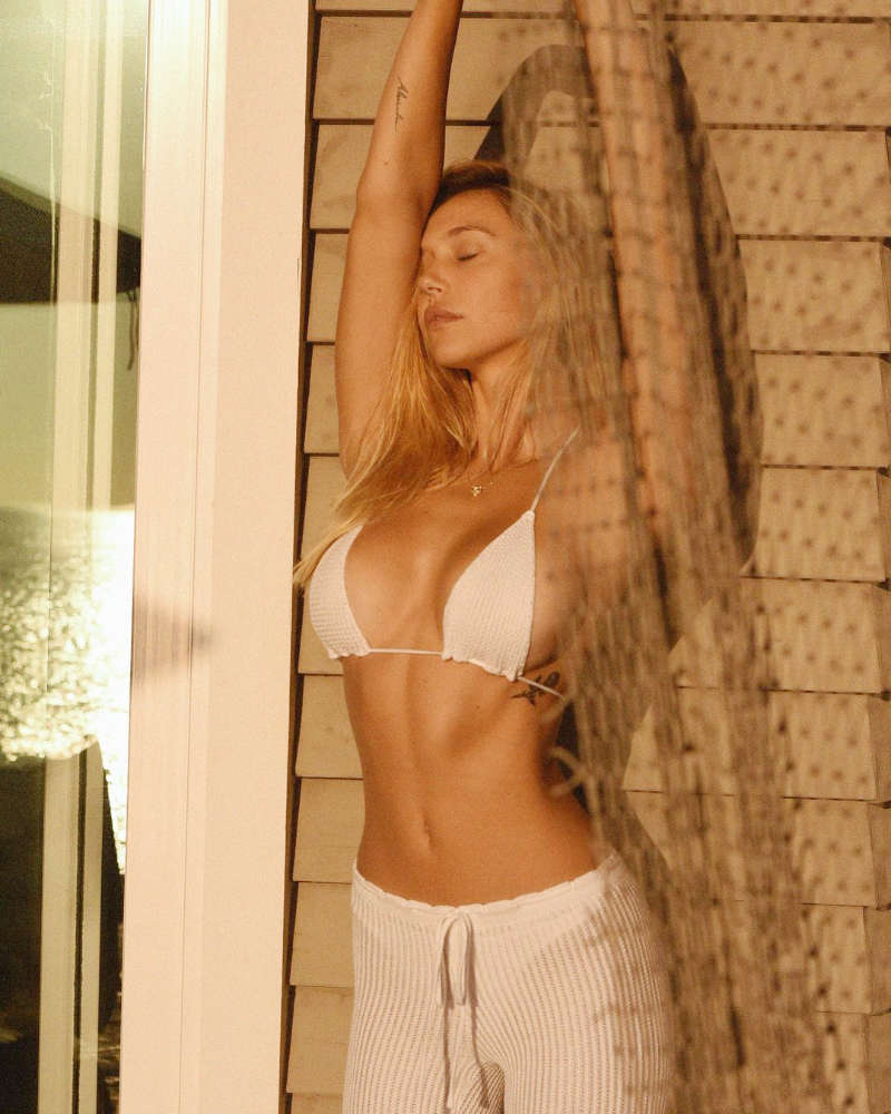 Internet sensation Alexis Ren steams up the cyberspace with her bewitching pictures