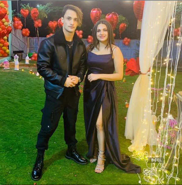 Bigg Boss fame Himanshi Khurana gets emotional as she celebrates birthday with friends