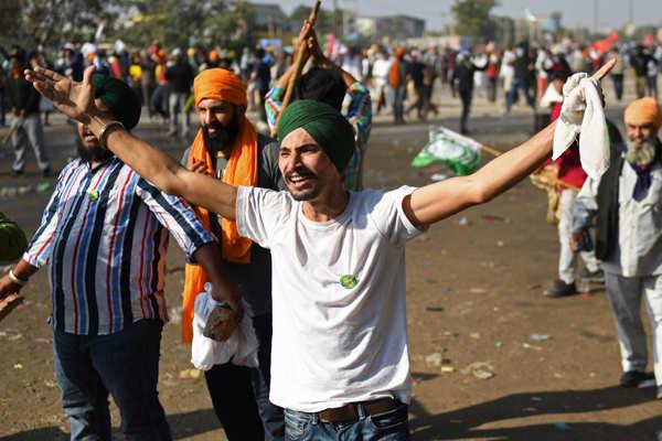 Delhi CM meets farmers at Singhu border; supports 'Bharat Bandh'