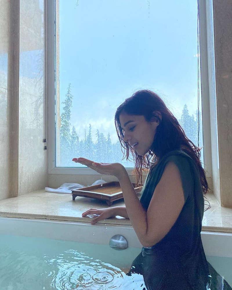 Pranati Rai Prakash is enjoying her time and vacation in the beautiful valley of Kashmir