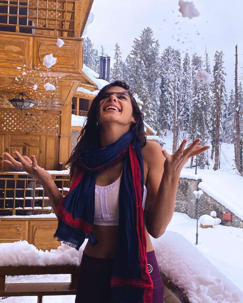 Pranati Rai Prakash is enjoying her time and vacation in the beautiful valley of Kashmir