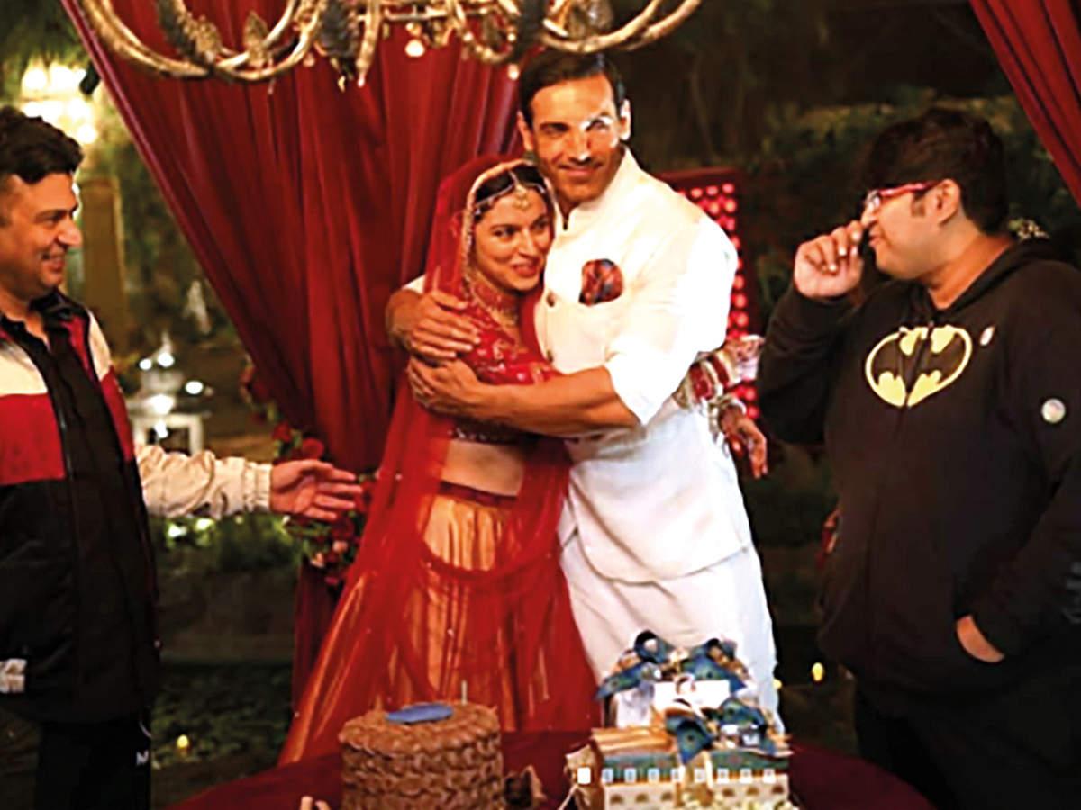 Divya Khosla Kumar's birthday celebrations on sets in Lucknow (BCCL/ @divyakhoslakumar)