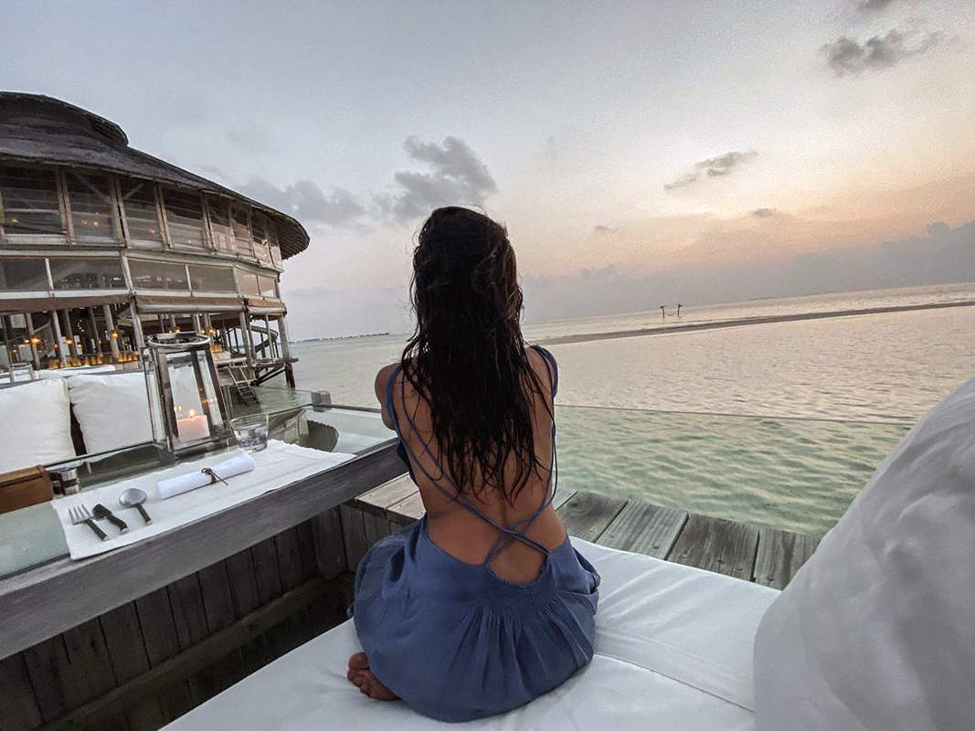 This romantic picture of Shibani Dandekar enjoying the beach vacation with Farhan Akhtar goes viral