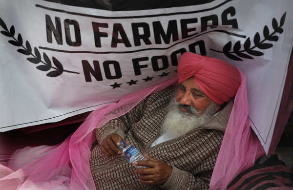 Agitating farmers brave cold wave at protest sites