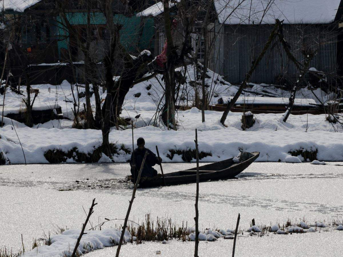 Srinagar: Dal Lake freezes as severe cold wave grips the valley