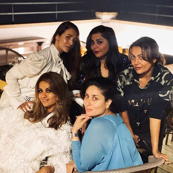 Pictures of soon-to-be-mommy Kareena Kapoor Khan enjoying a fun night with BFFs
