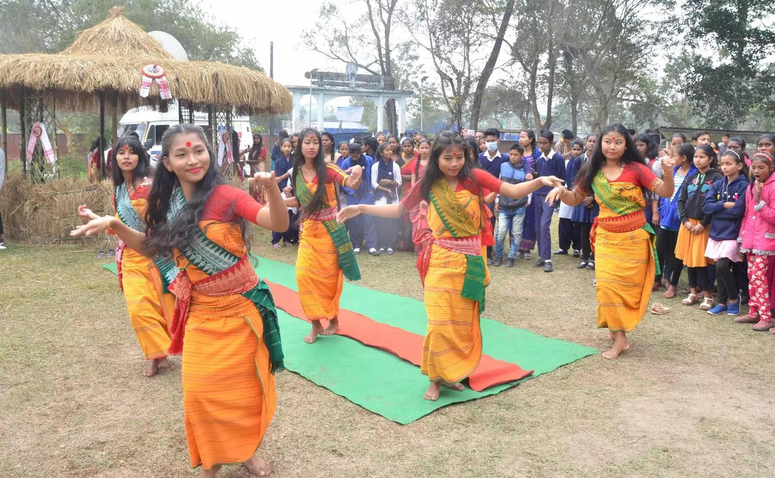 Tezpur: Para siswa menampilkan tarian Bodo tradisional menjelang festival 'Bhogali' Bihu ...