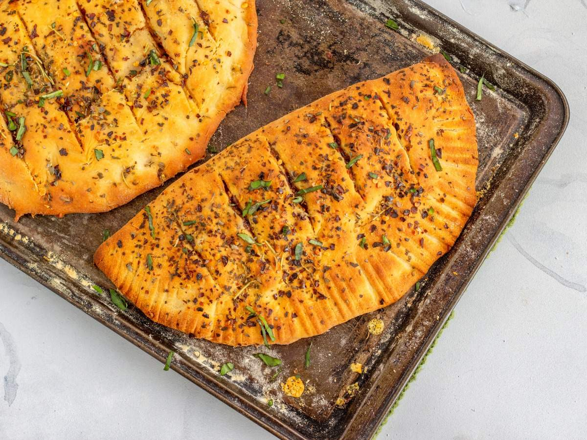 Cook at home: stuffed garlic breads