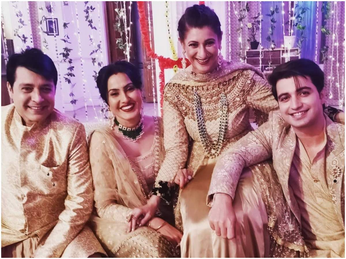 Aarya with her co-actors from the show (Instagram)