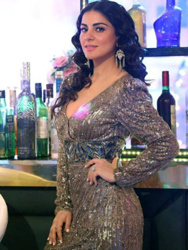 Kundali Bhagya actress Shraddha Arya ups the glam quotient with her stunning pictures