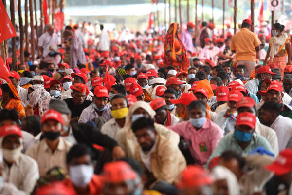 Thousands of Maharashtra farmers hold rally at Azad Maidan