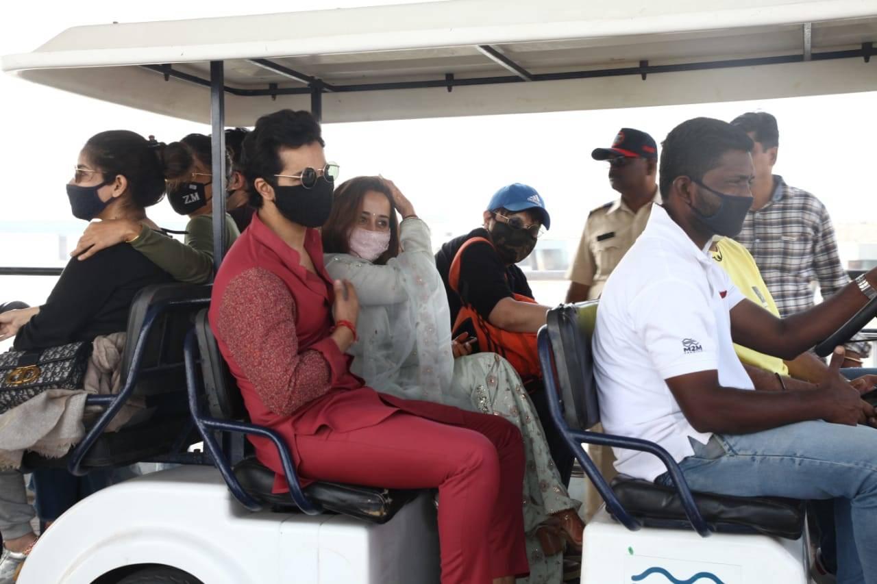 , PICS: Newlyweds Varun Dhawan and Natasha Dalal return to Mumbai – Times of India ►,