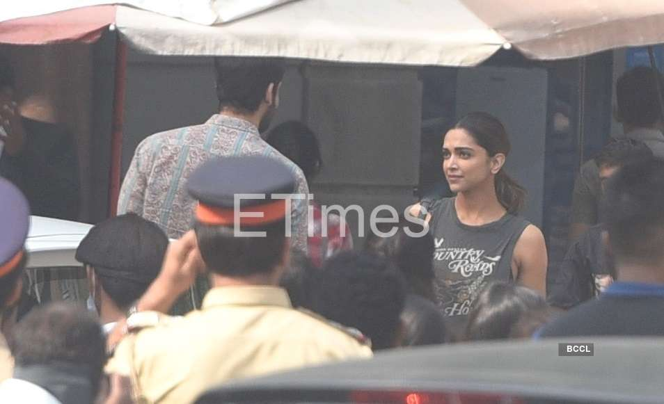 , Exclusive photos: Deepika Padukone snapped shooting on the sets of Shakun Batra's upcoming project – Times of India,