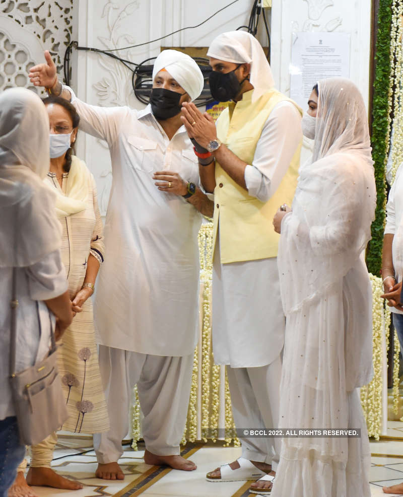 Abhishek Bachchan, Raveena Tandon and others attend prayer meet of Bunty Walia's father