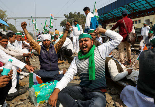 Farmers observe 'rail roko' agitation