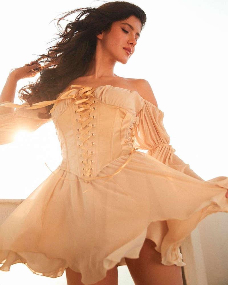 Shanaya Kapoor is making heads turn with her glamorous photoshoots