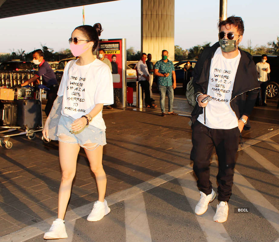 Photos of celebrities at airport Pics | Photos of celebrities at airport Photos | Photos of celebrities at airport Portfolio Pics | Photos of celebrities at airport Personal Photos - ETimes Photogallery - Times of India