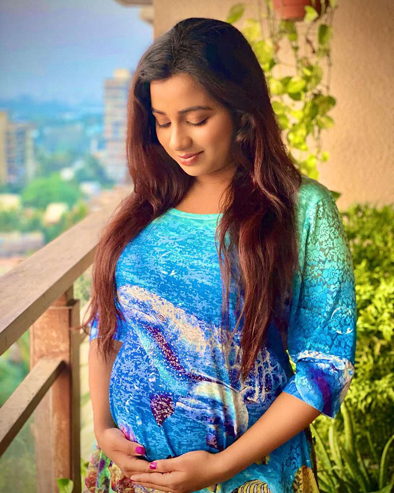 Soon-to-be mommy Shreya Ghoshal flaunts her baby bump in this new picture