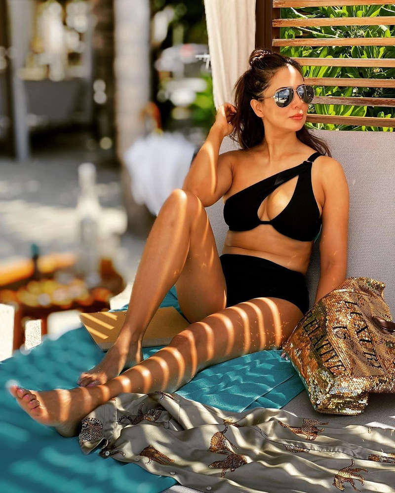 Kim Sharma ups the glam quotient with her ravishing pictures
