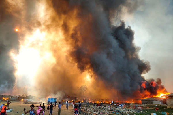 Bangladesh: 400 missing as massive fire engulfs Rohingya camp