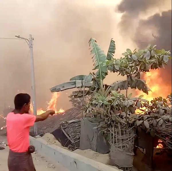 Bangladesh: 400 missing as massive fire engulfs Rohingya camp