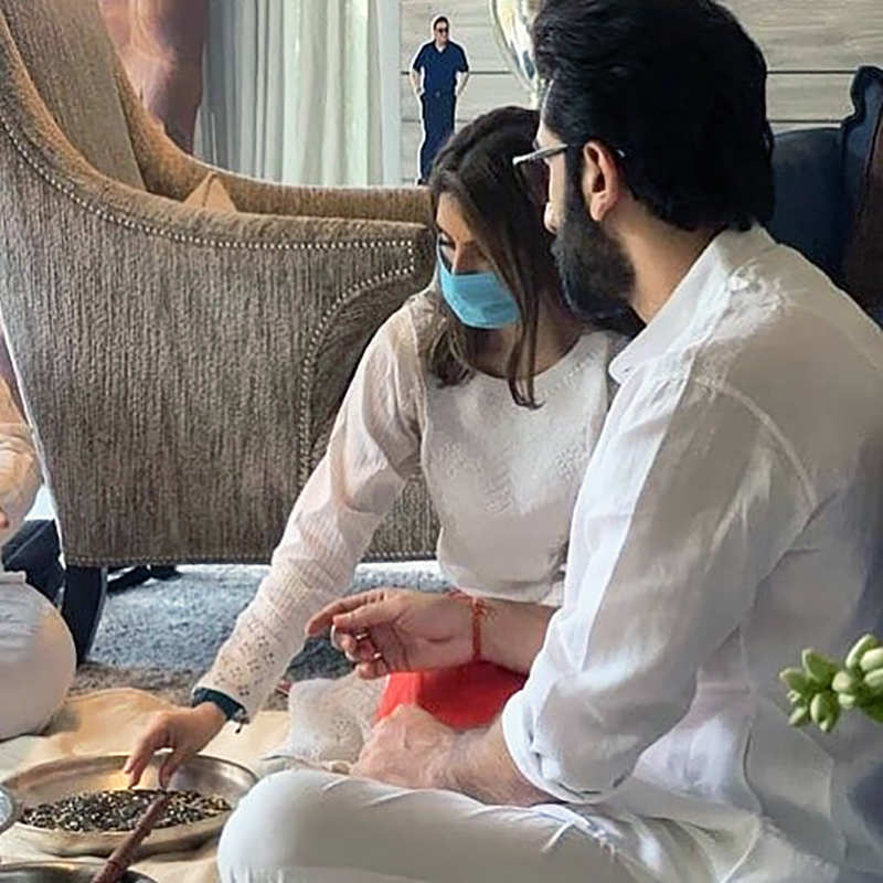 This new picture of Ranbir Kapoor & sister Riddhima from Rishi Kapoor's prayer meet goes viral