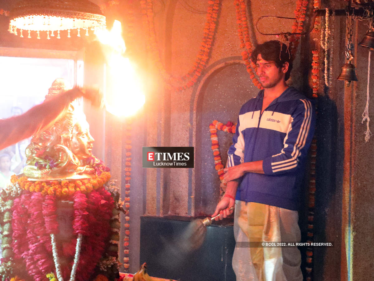 Sidharth performing puja at the temple (BCCL/ Aditya Yadav)