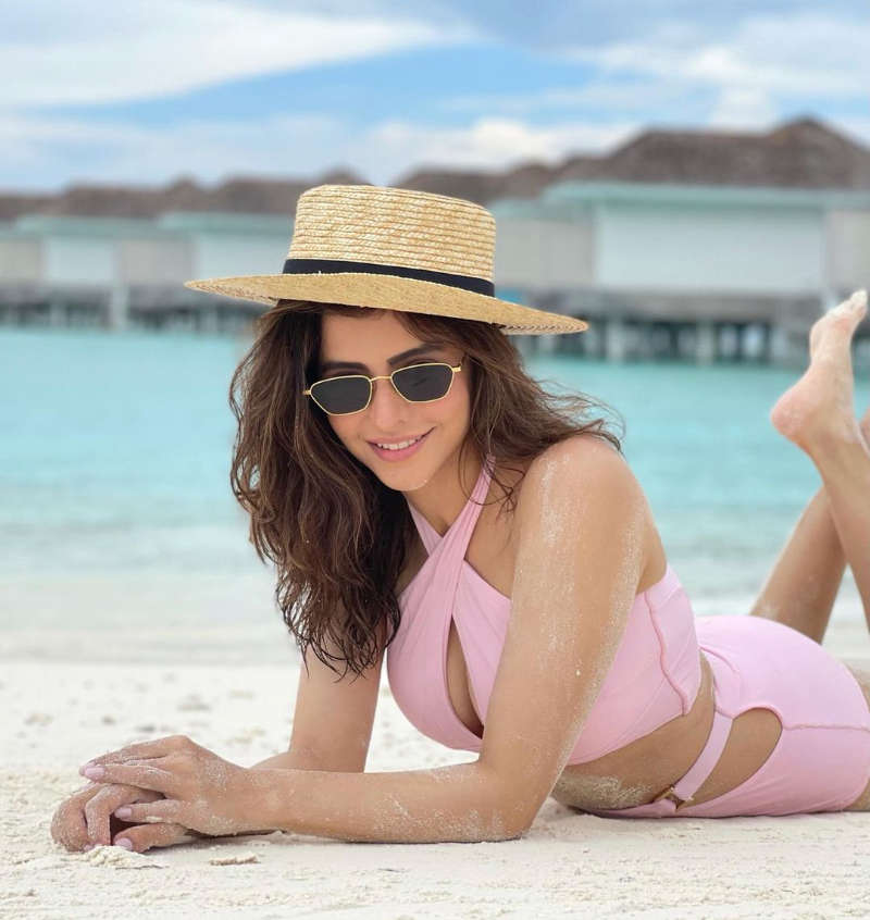 Aamna Sharif's stunning pictures from her Maldives vacation are a sight for the sore eyes