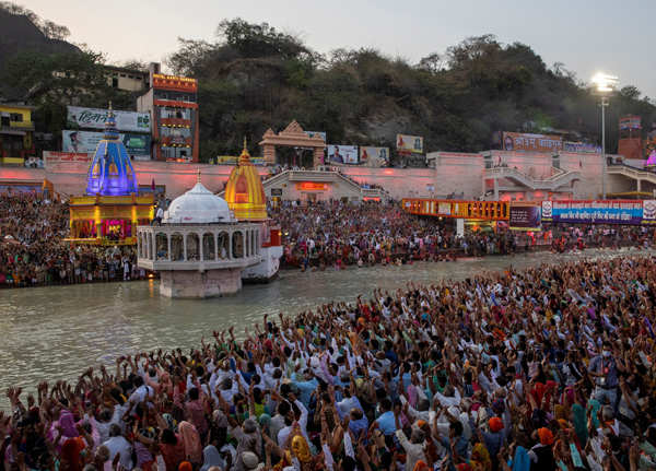 These pictures show how devotees in large number arrive at Kumbh Mela