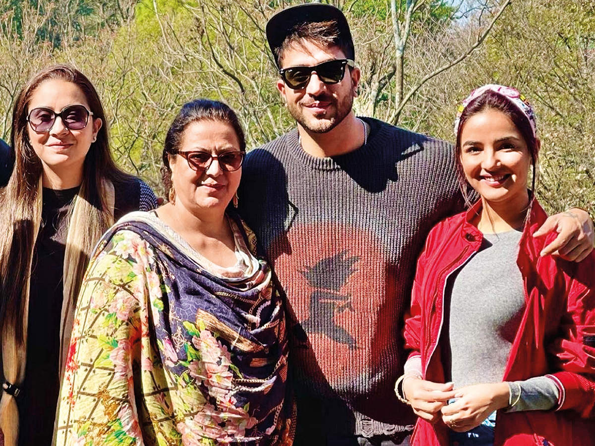 Aly and Jasmin Bhasin with Aly's family