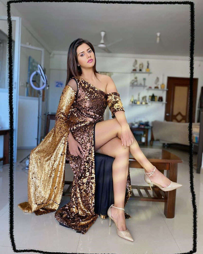 Former Bigg Boss 13 contestant Dalljiet Kaur is making heads turn with her glamorous pictures