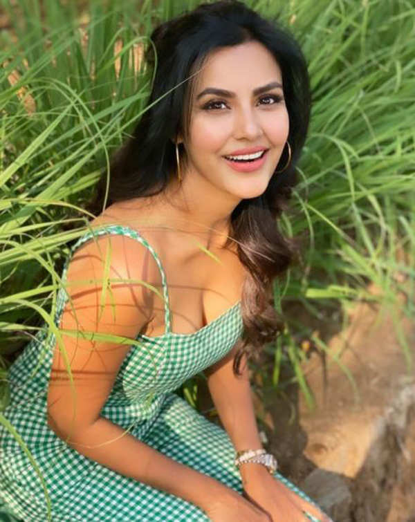 Glamorous pictures of Priya Anand you surely can't miss!