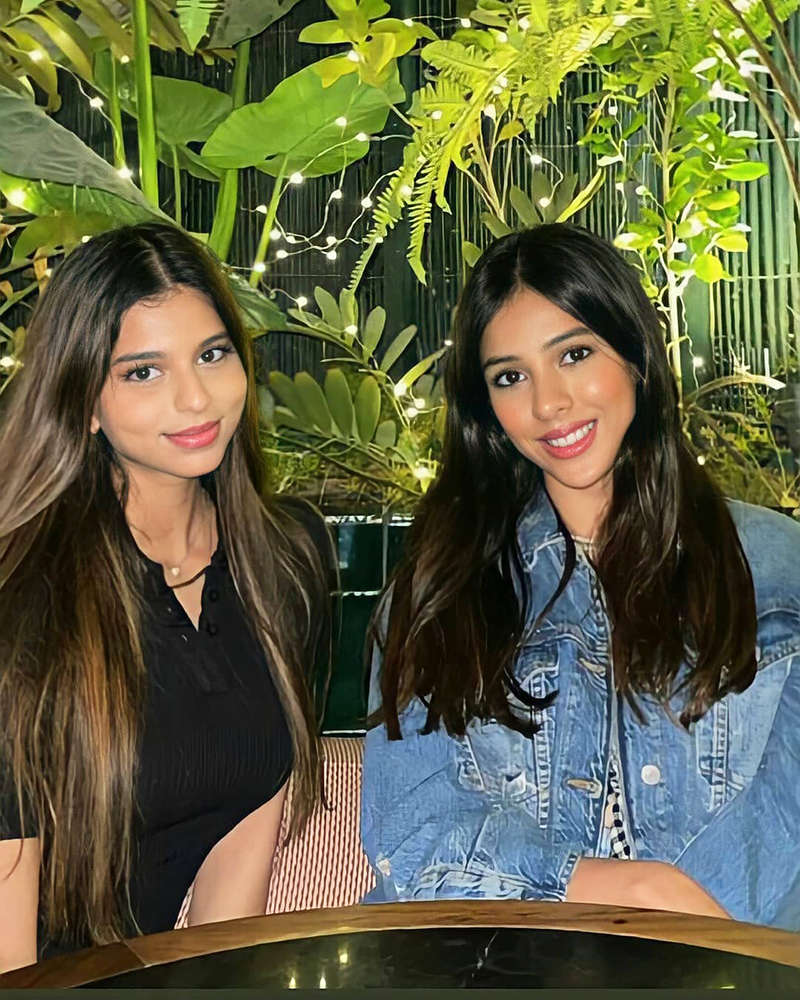 Stylish pictures of SRK's daughter Suhana Khan with her besties
