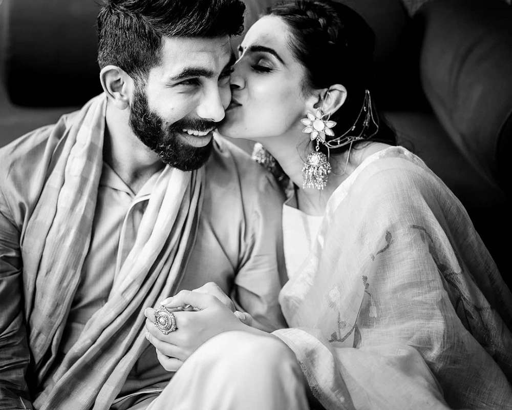 Lovely picture of Jasprit Bumrah with his wife Sanjana Ganesan on her birthday you just can't give a miss