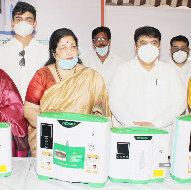 Anuradha Paudwal distributes oxygen concentrators to hospitals