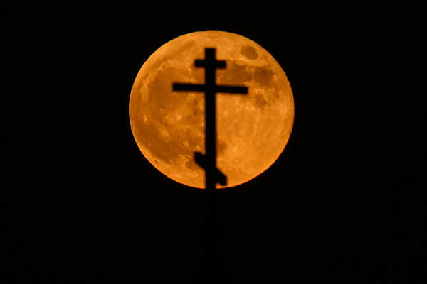 """Spectacular pictures of """"Super Blood Moon"""" go viral"""